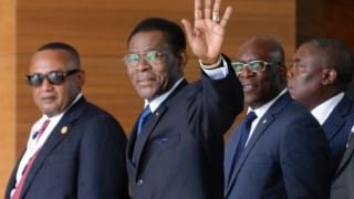 O Presidente da Guiné-Equatorial, Teodoro Obiang Nguema Mbasogo, acena à sua chegada para participar na Cimeira da CPLP, num hotel de Santa Maria, Ilha do Sal em Cabo Verde