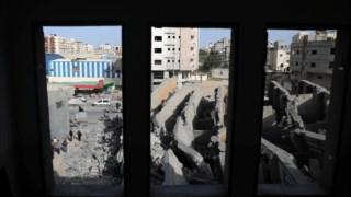 Os destroços de um edifício depois dos ataques aéreos