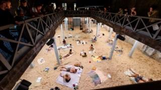 A praia artificial criada por três artistas no pavilhão da Lituânia