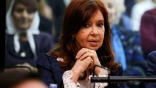 Cristina Kirchner assistiu à primeira sessão do julgamento no caso em que é acusada de corrupção