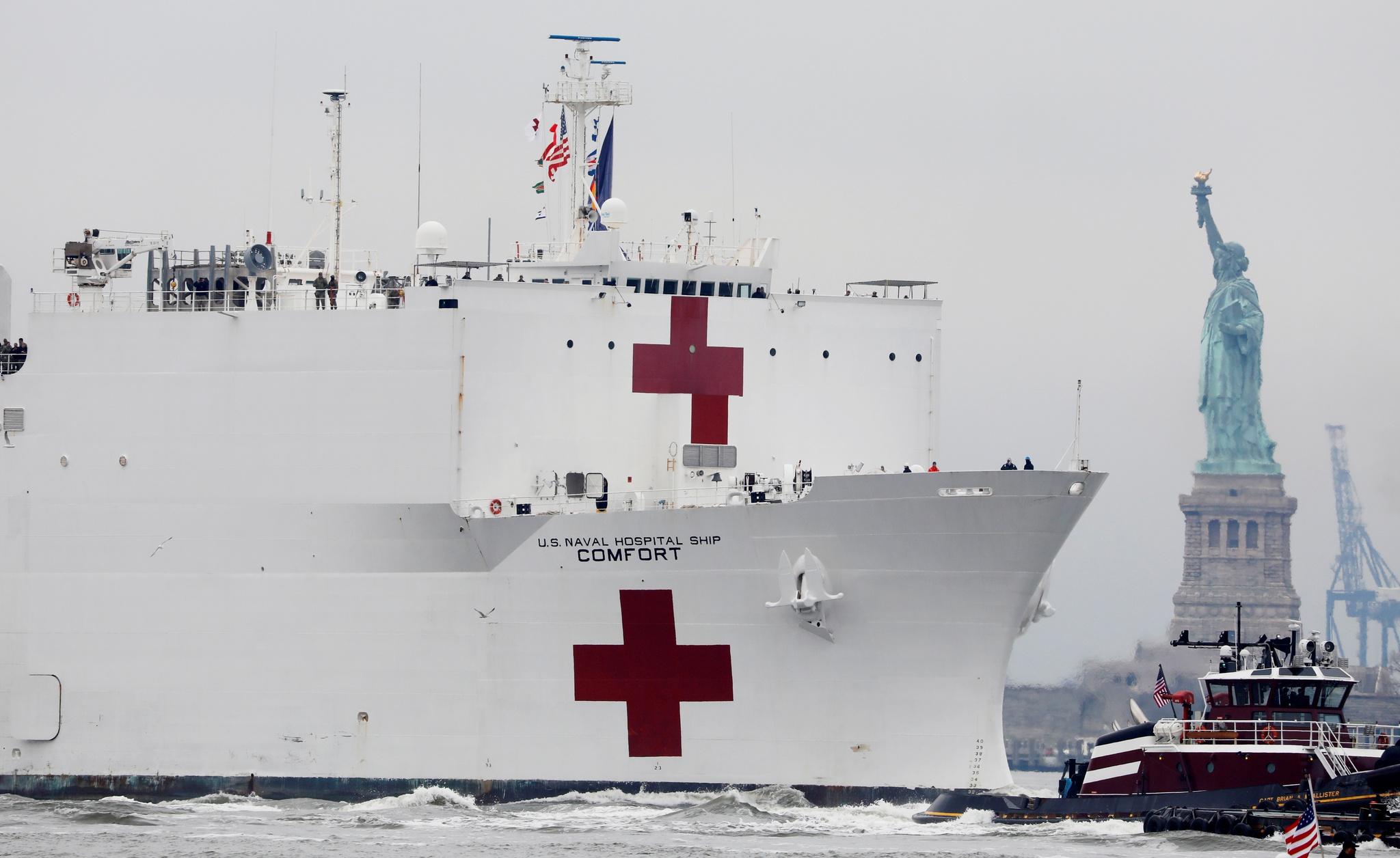 Navio-hospital <i>USNS Comfort</i> em Nova Iorque para ajudar a combater a covid-19