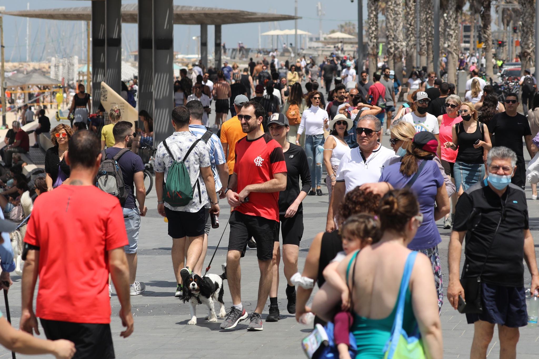 Pessoas sem máscara em Israel