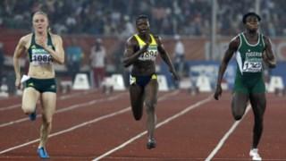 Sally Pearson (à esquerda) e Osayemi Oludamola (à direita) foram desclassificadas, Natasha Mayers (ao centro) fica com o ouro