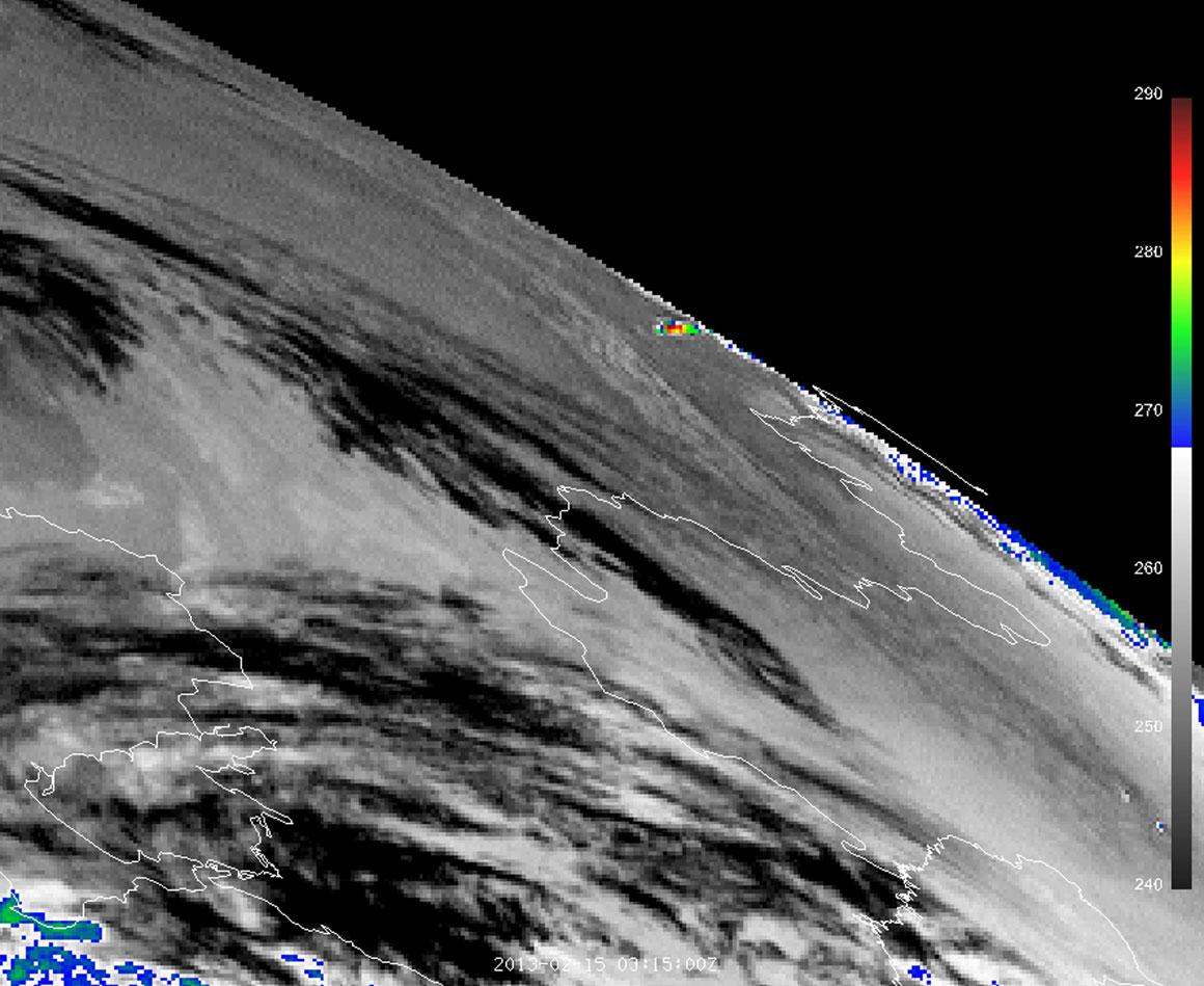 Imagem de satélite que mostra o impacto térmico do meteoro