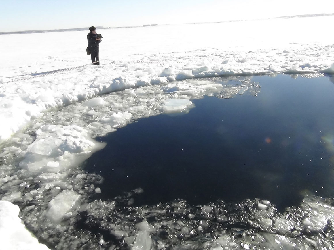 Um buraco no lago Chebarkul provocado pelo meteoro na Rússia