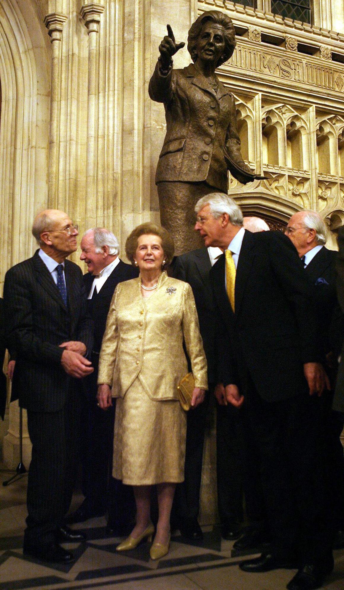 Nenhum dos seus sucessores foi tão marcante como a Dama de Ferro: com John Major, junto de uma escultura em homenagem a Thatcher no Palácio de Westminster, em 2007