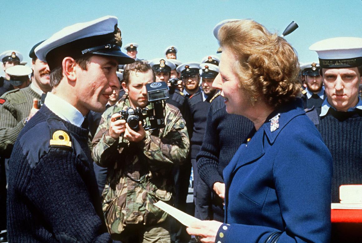 Encontro com militares britânicos, durante uma visita de cinco dias às ilhas Falkland