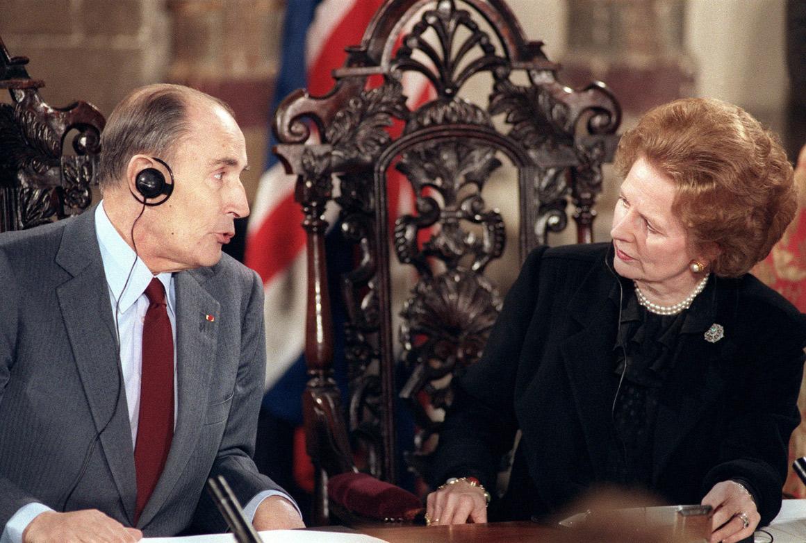 Com o Presidente francês François Mitterrand durante a assinatura do Tratado de Canterbury para a construção do túnel ferroviário do Canal da Mancha entre os dois países
