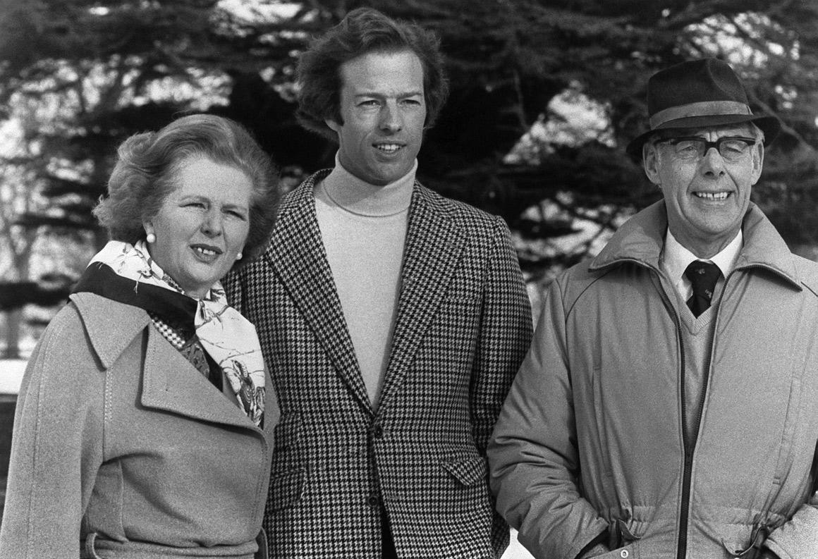 Com o filho, Mark, e o marido, Denis Thatcher, em 1982