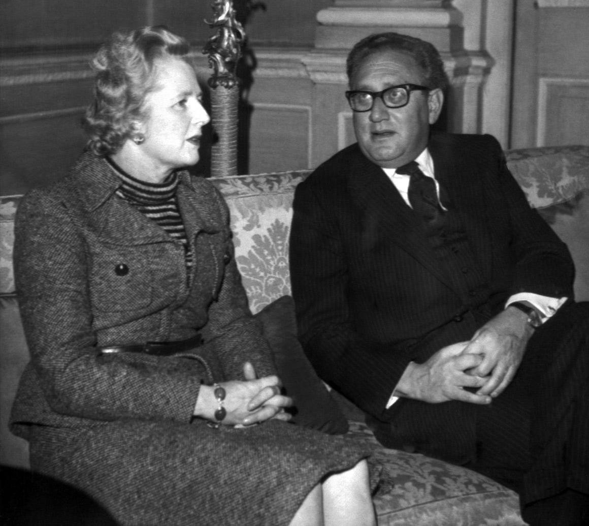Com o secretário de Estado norte-americano Henry Kissinger, pouco depois de assumir a liderança dos conservadores