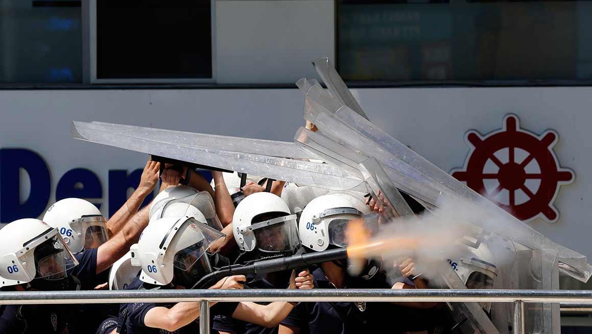 A polícia turca tem respondido aos protestos com violência, nomeadamente com recurso ao gás lacrimogéneo. O presidente turco tentou acalmar os ânimos pedindo às autoridades que se retirassem da praça Taksim