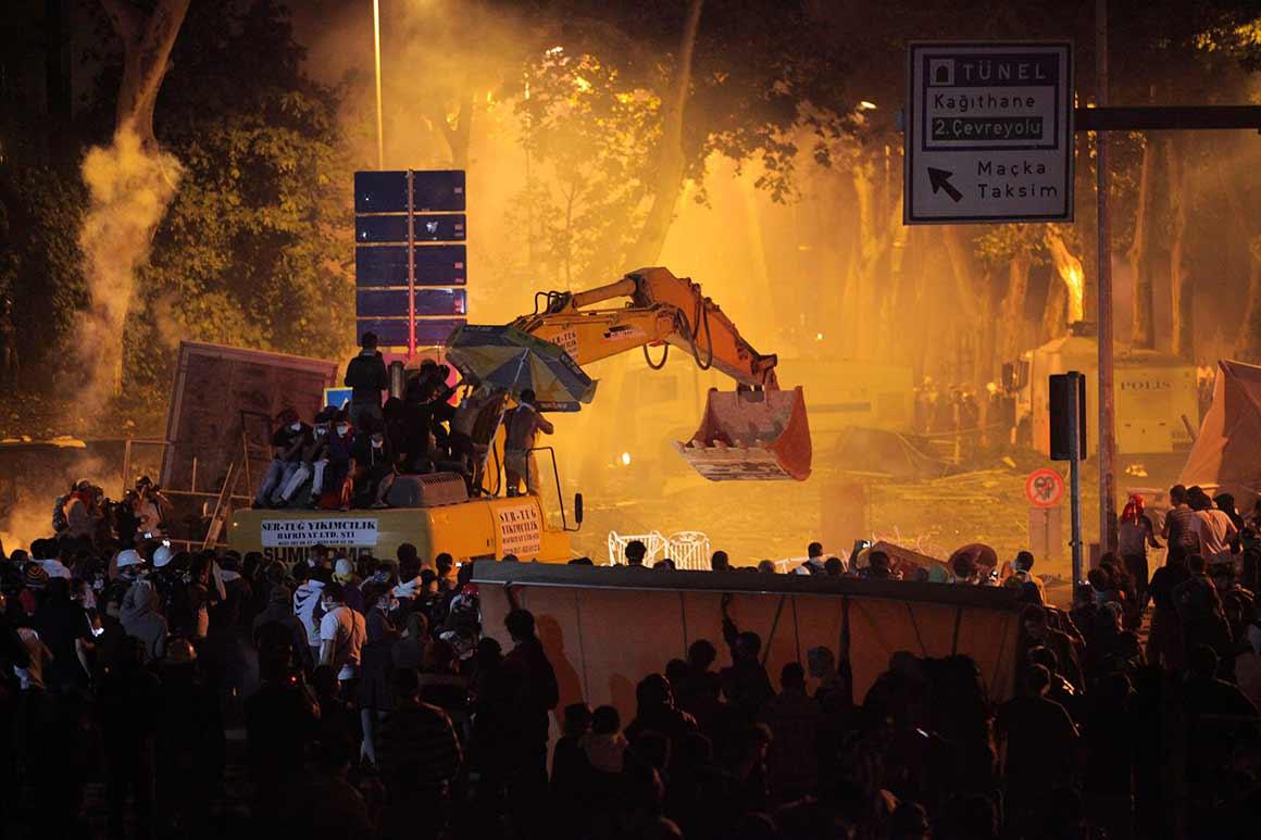 Em Istambul, os manifestantes subiram a uma escavadora e tentaram chegar ao gabinete do primeiro-ministro turco, Recep Tayyip Erdogan