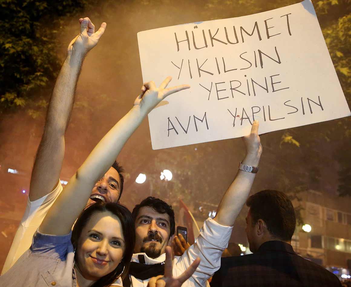 """""""Deitem abaixo o Governo e construam um centro comercial no lugar dele"""", lê-se num dos cartazes dos manifestantes"""