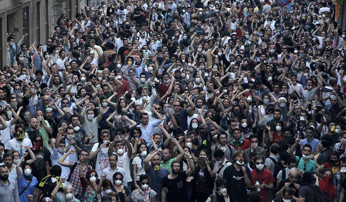 As centenas de pessoas que se juntaram para defender o parque transformaram-se nos dias seguintes em milhares nas ruas numa luta contra o Governo