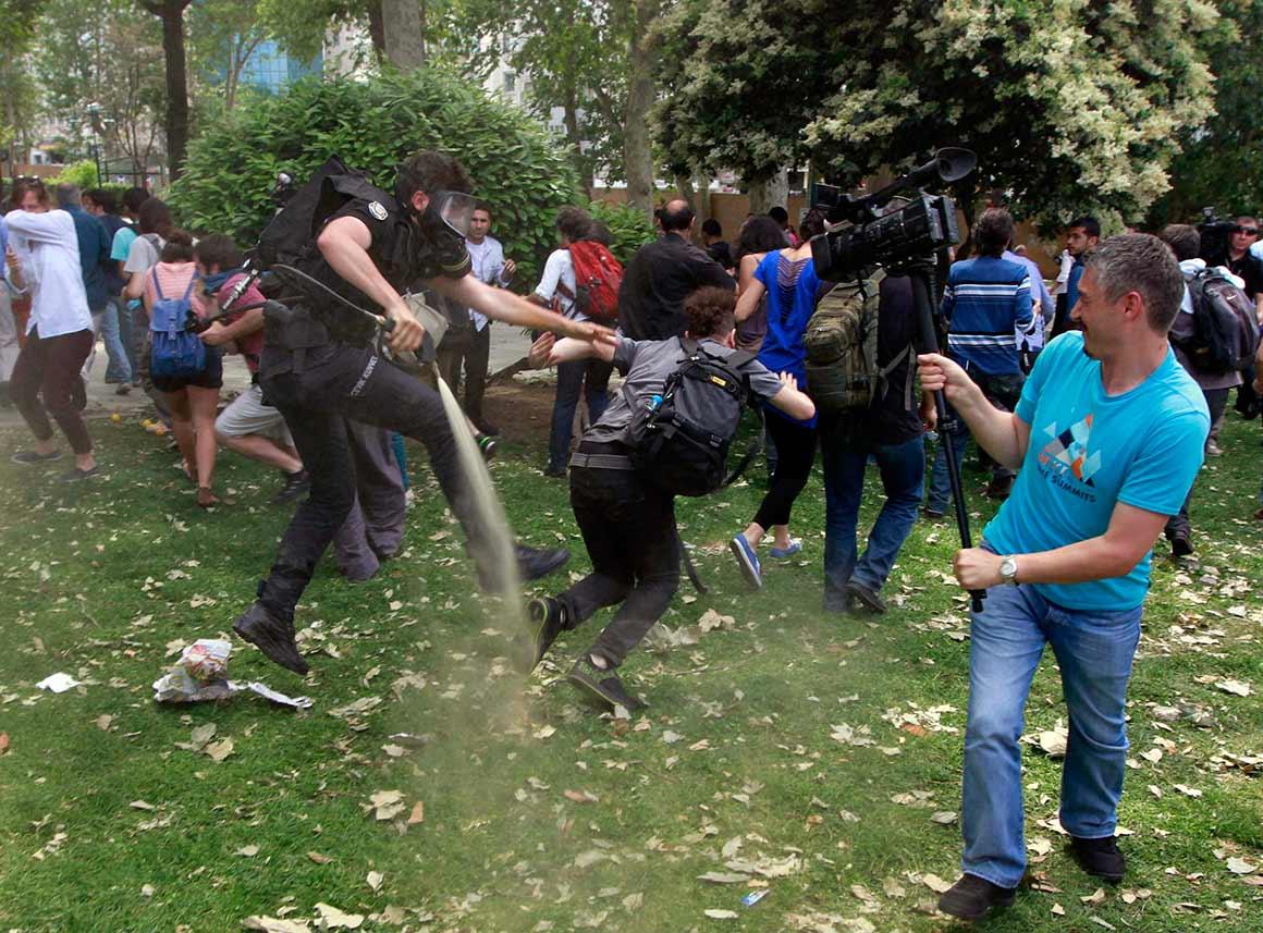 A 28 de Maio, centenas de pessoas juntaram-se no parque Taksim Gezi em protesto contra a sua demolição. A polícia afastou os manifestantes com canhões de água e gás lacrimogéneo