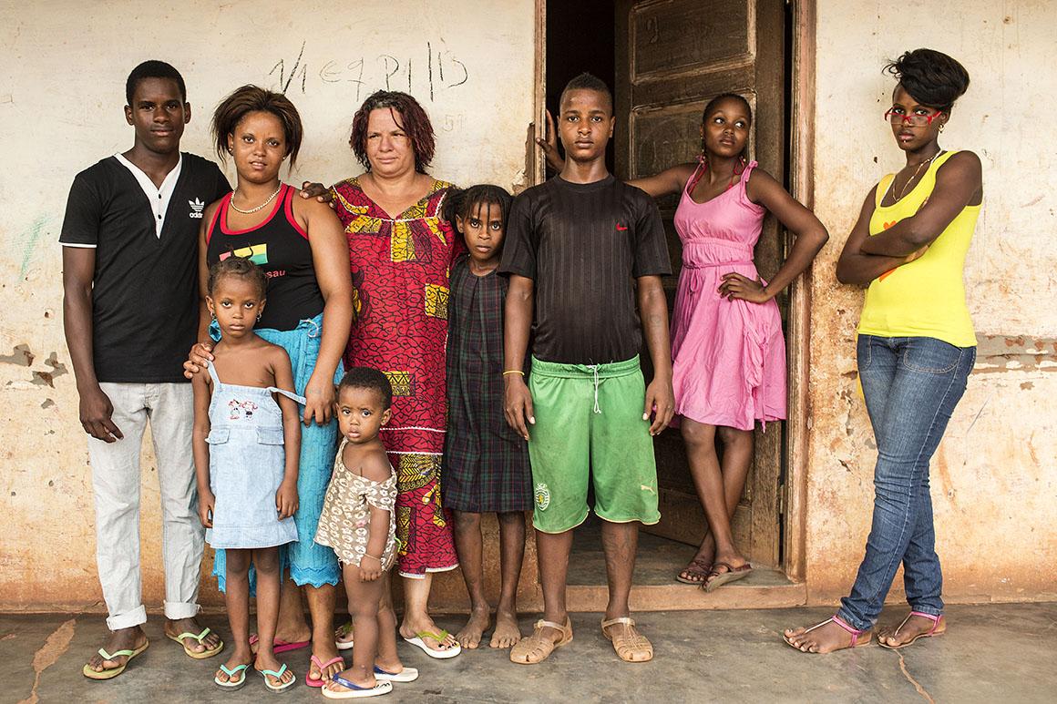 """Inês Miriam Henrique, aqui com a sua família, conta que o pai lhe aparece em sonhos a dizer """"minha filha, queria tanto conhecer-te"""""""
