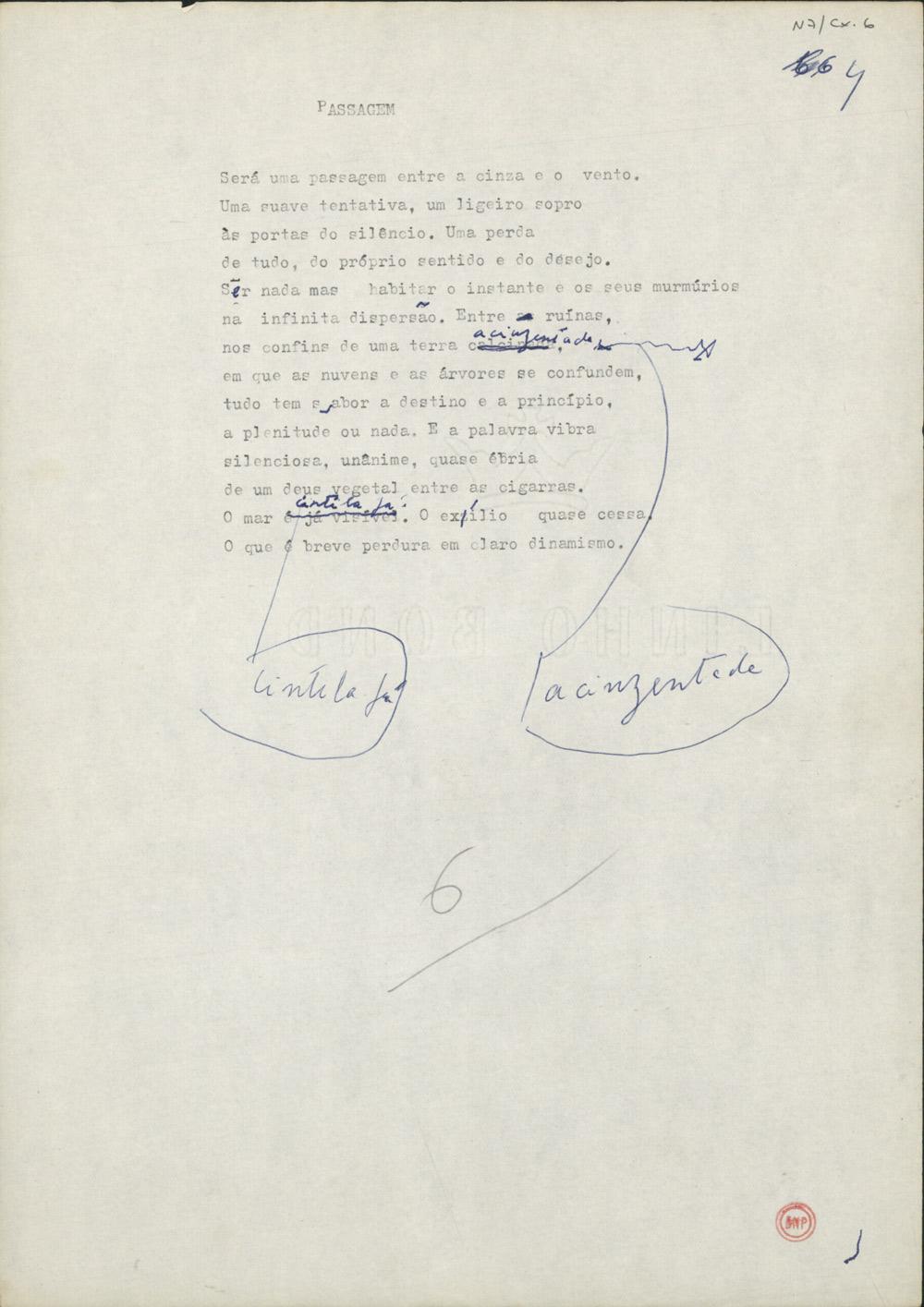 """Dactiloscrito, com correcções manuscritas, do segundo poema do livro Facilidade do Ar (1990). Tanto a troca de """"calcinada"""" por """"acinzentada"""" como a de """"é já visível"""" por """"cintila já"""" passaram para a versão publicada."""