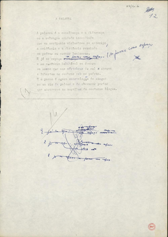 """Mais um dactiloscrito emendado à mão de um poema de Facilidade do Ar  (1990). Vê-se que o poeta andou às voltas com o final do sexto verso, tendo acabado por chegar a uma solução - """"se forma como espaço"""" - que transitaria para a edição publicada."""