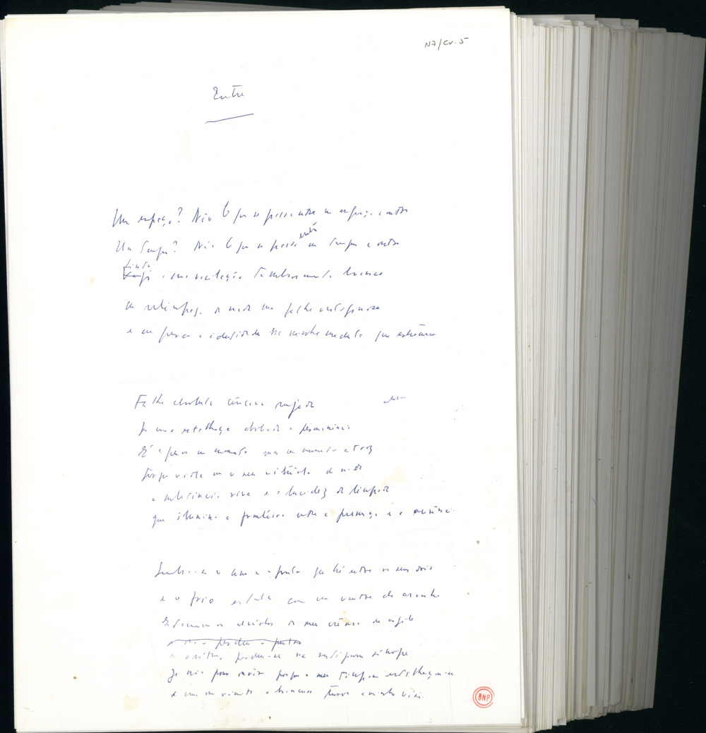 """Maço de poemas manuscritos. Na imagem, um poema a que serve de título uma das palavras mais obsessivamente recorrentes na poesia de António Ramos Rosa: """"entre""""."""