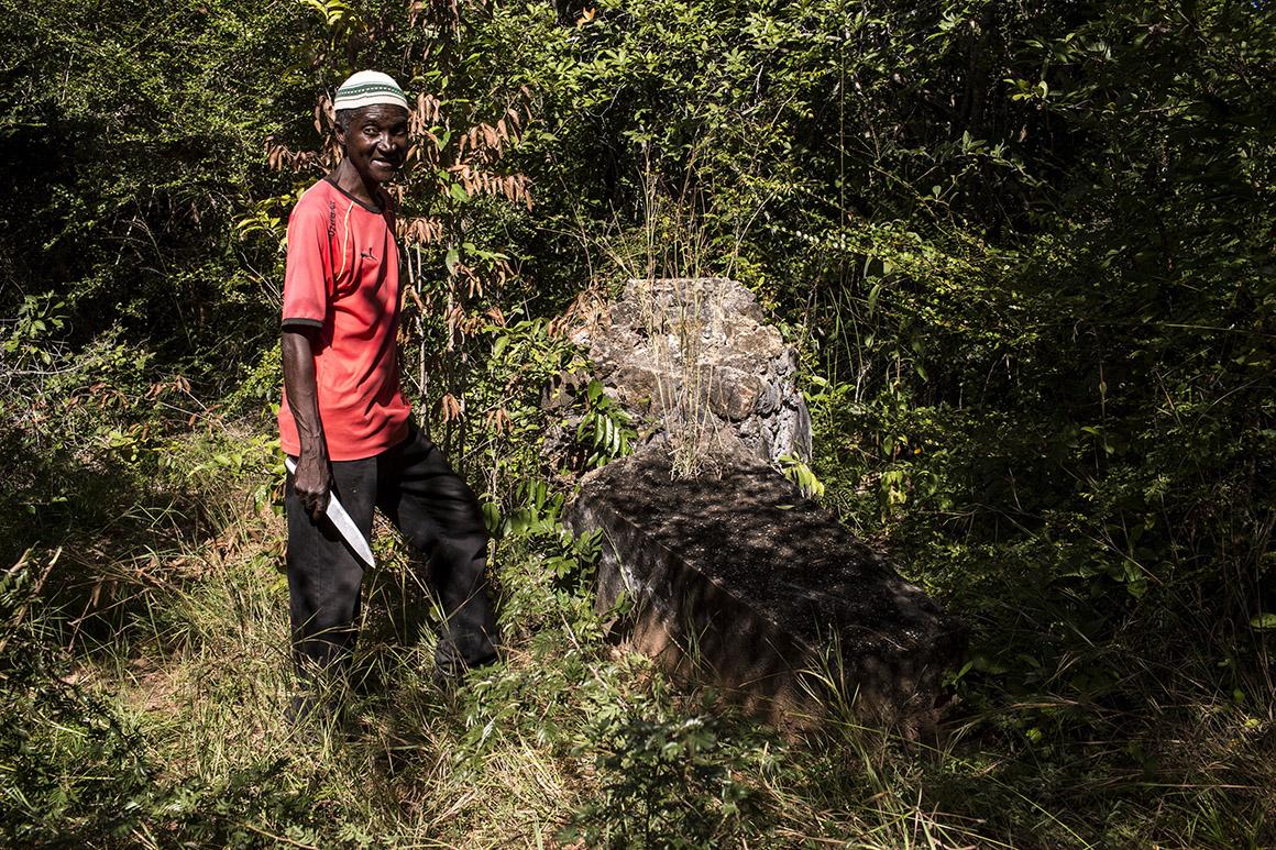Abdel Carlos John junto ao túmulo de um soldado alemão cuja cúpula, garante, foi derrubada por um elefante