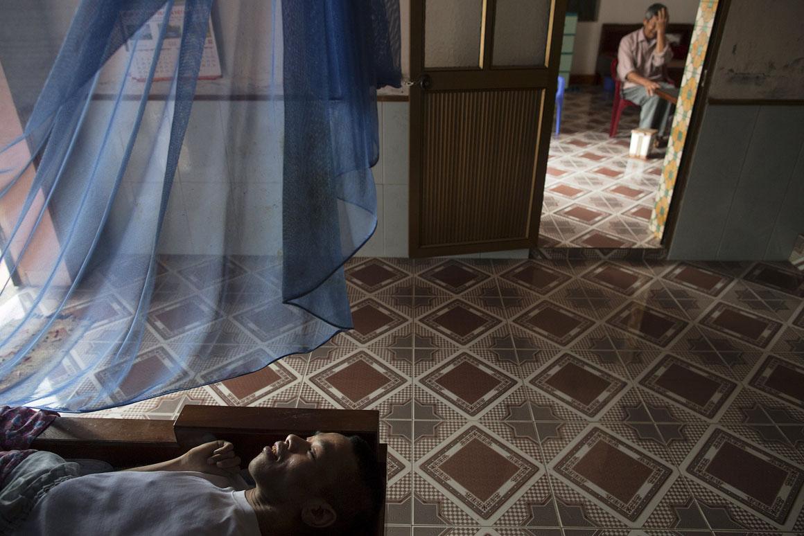 Lai Vai Bien (ao fundo, na imagem) foi oficial do Exército do Vietname do Norte e esteve numa zona profundamente contaminada pelo Agente Laranja. Os seus dois filhos nasceram com deficiências físicas e mentais