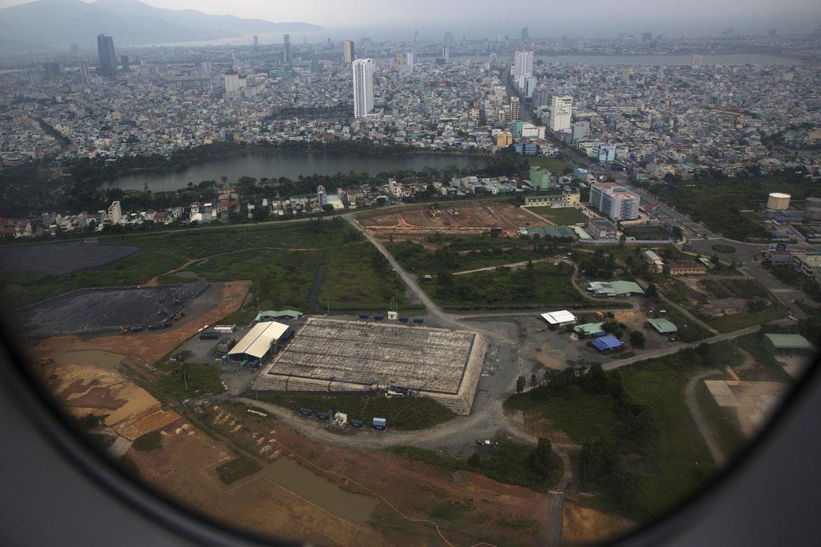 Autoridades norte-americanas e vietnamitas têm levado a cabo operações de descontaminação no Aeroporto de Danang, que serviu de local de armazenamento do Agente Laranja