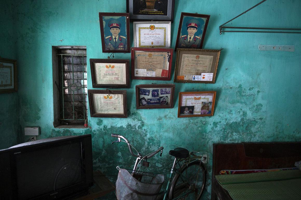 Retratos e diplomas pertencentes a Doan Ngoc Uyen e Le Thi Teo decoram a casa da família. A filha de ambos nasceu com problemas mentais e físicos