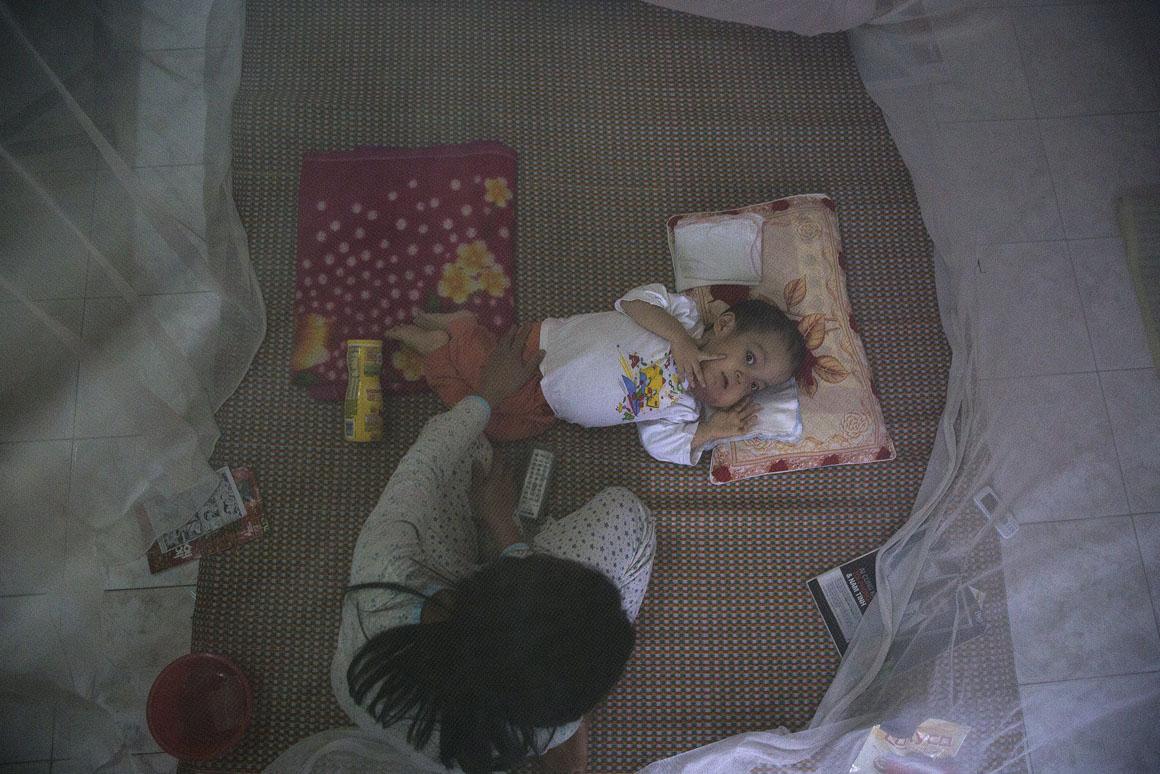 O pai de Nguyen Van Tuan Tu (com 7 anos) começou a trabalhar no Aeroporto de Danang em 1997 sem conhecer os riscos associados ao Agente Laranja. Os dois filhos que teve após esse período nasceram com deficiências. O casal tem uma filha saudável, nascida em 1995