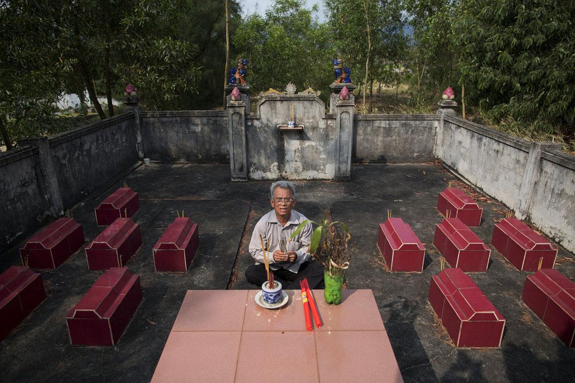 Do Duc Diu construiu este cemitério onde estão enterrados 12 dos seus filhos que, de acordo com os médicos, morreram por doenças causadas pela exposição do pai ao Agente Laranja