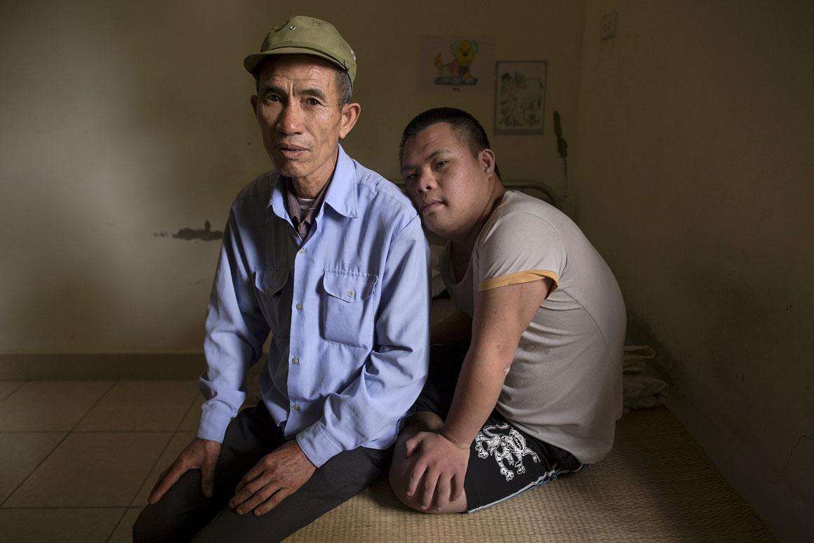 Um antigo soldado norte-vietnamita e o seu filho, com 20 anos, que recupera de uma cirurgia para remoção de um tumor
