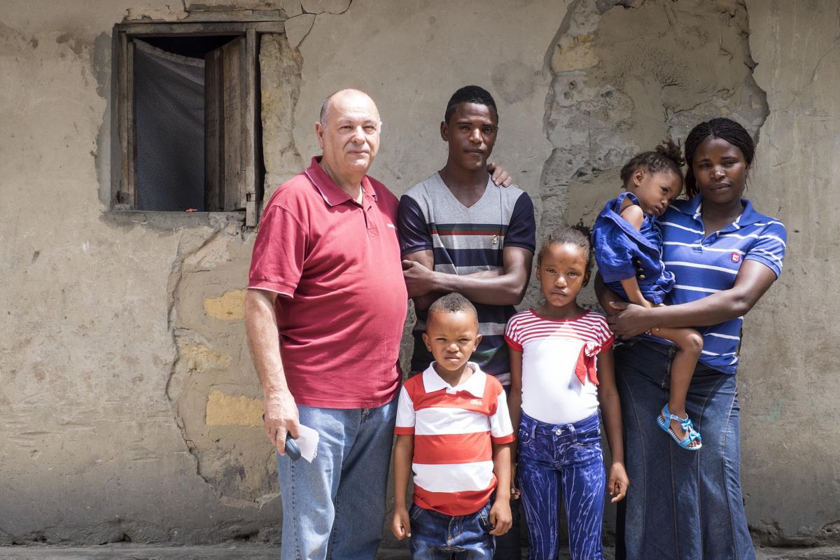 O ex-furriel com os quatro netos, em frente da casa da família