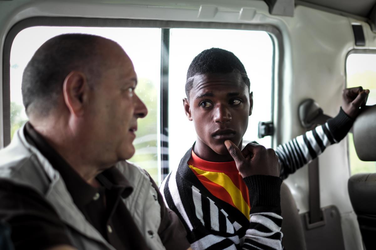 O neto Andrade acompanha o avô até à aldeia onde ele esteve colocado há 40 anos, o Luvuei