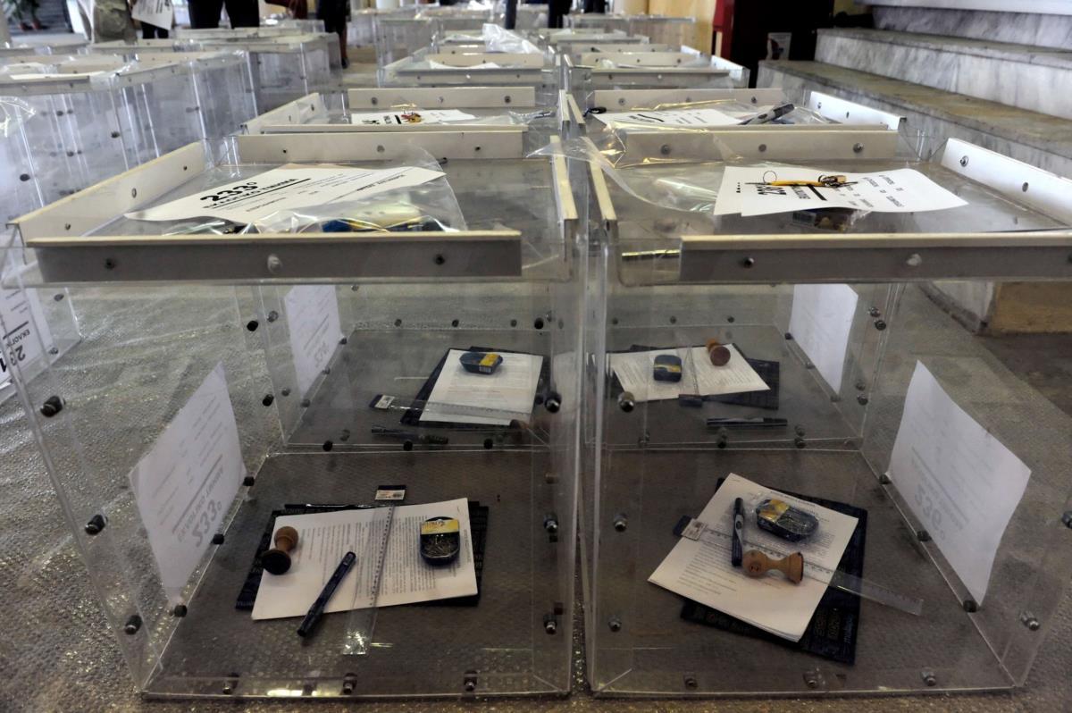 Trabalhadores municipais preparam as caixas para os boletins no referendo de domingo