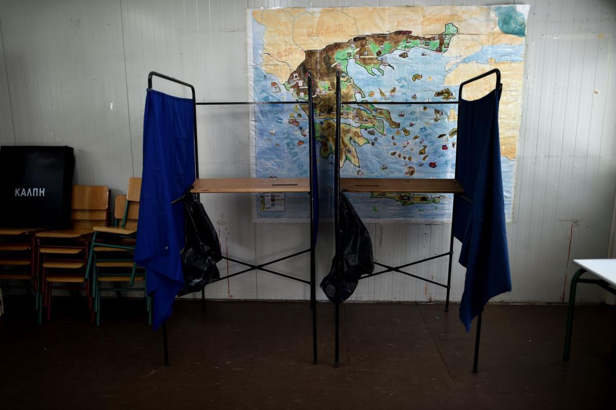 Um mapa da Grécia junto a uma estação de voto