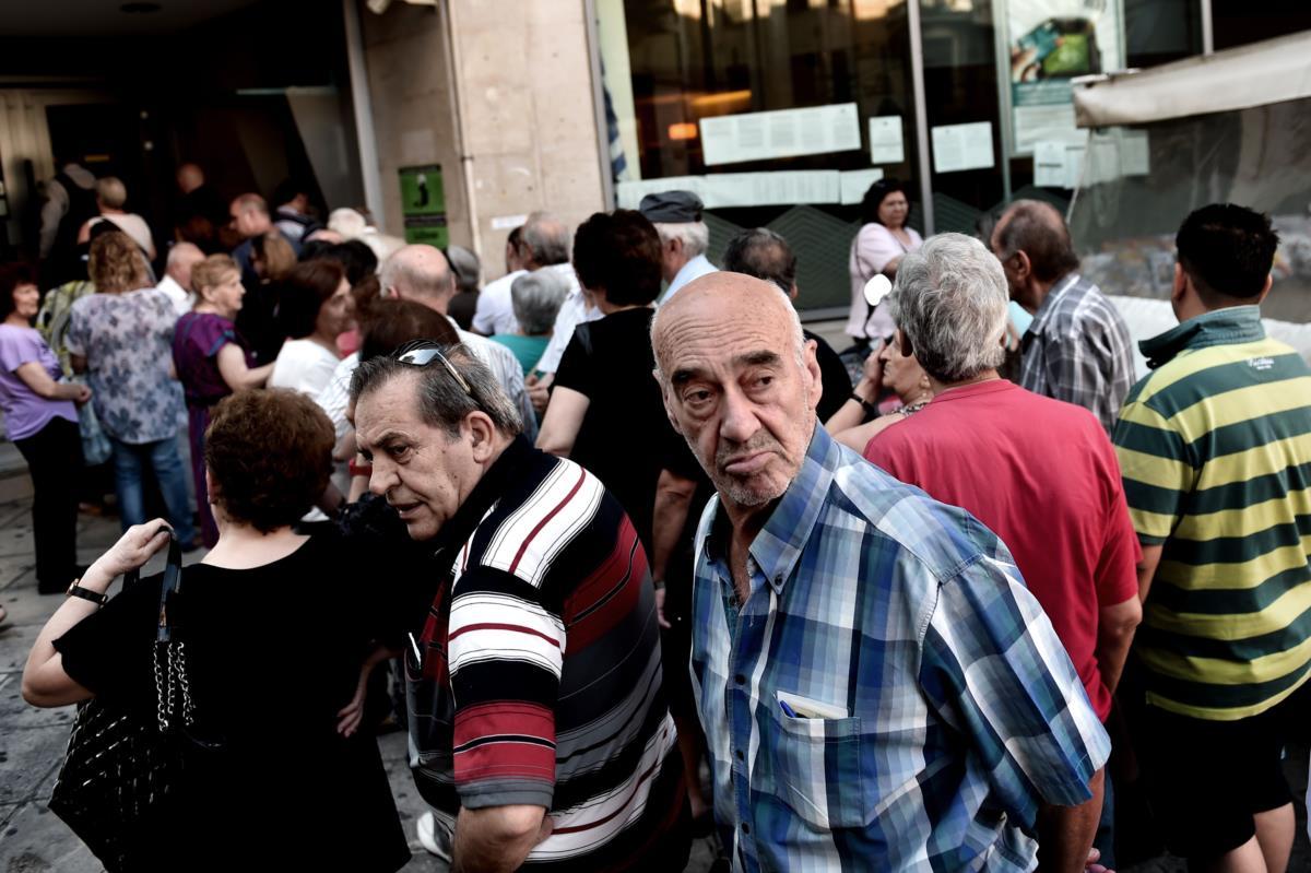 Pensionistas na fila para receber as reformas