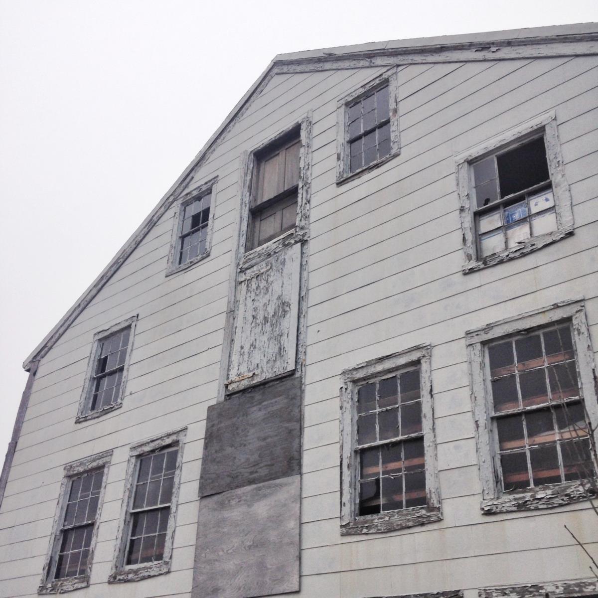 New Bedford é uma cidade esquecida mas os mais optimistas vêem sinais d emudança com a abertura de um novo hotel junto ao porto e  ruas e edifícios no centro da cidade a serem renovados