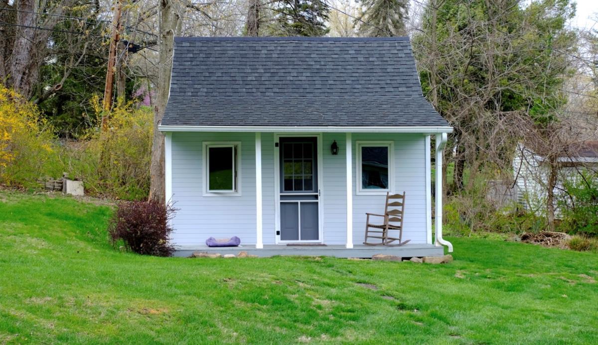 Pollock escreve na cabana de madeira, entre duas macieiras no final do jardim da sua casa de Chillicothe