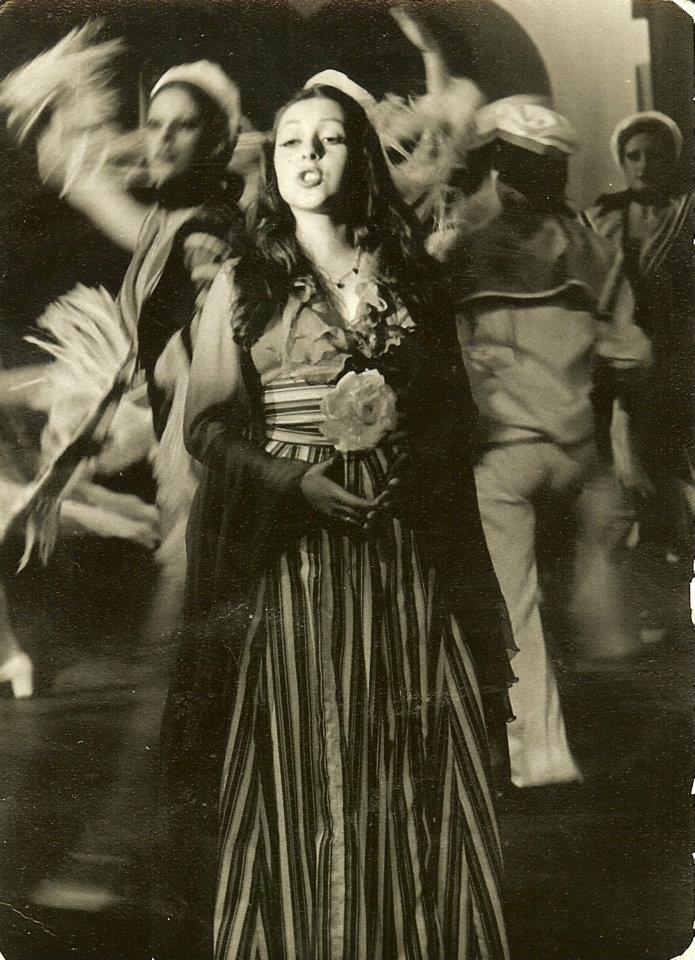 """PÚBLICO - No teatro de revista """"Bombo da Festa"""", no Maria Vitória, em 1976"""