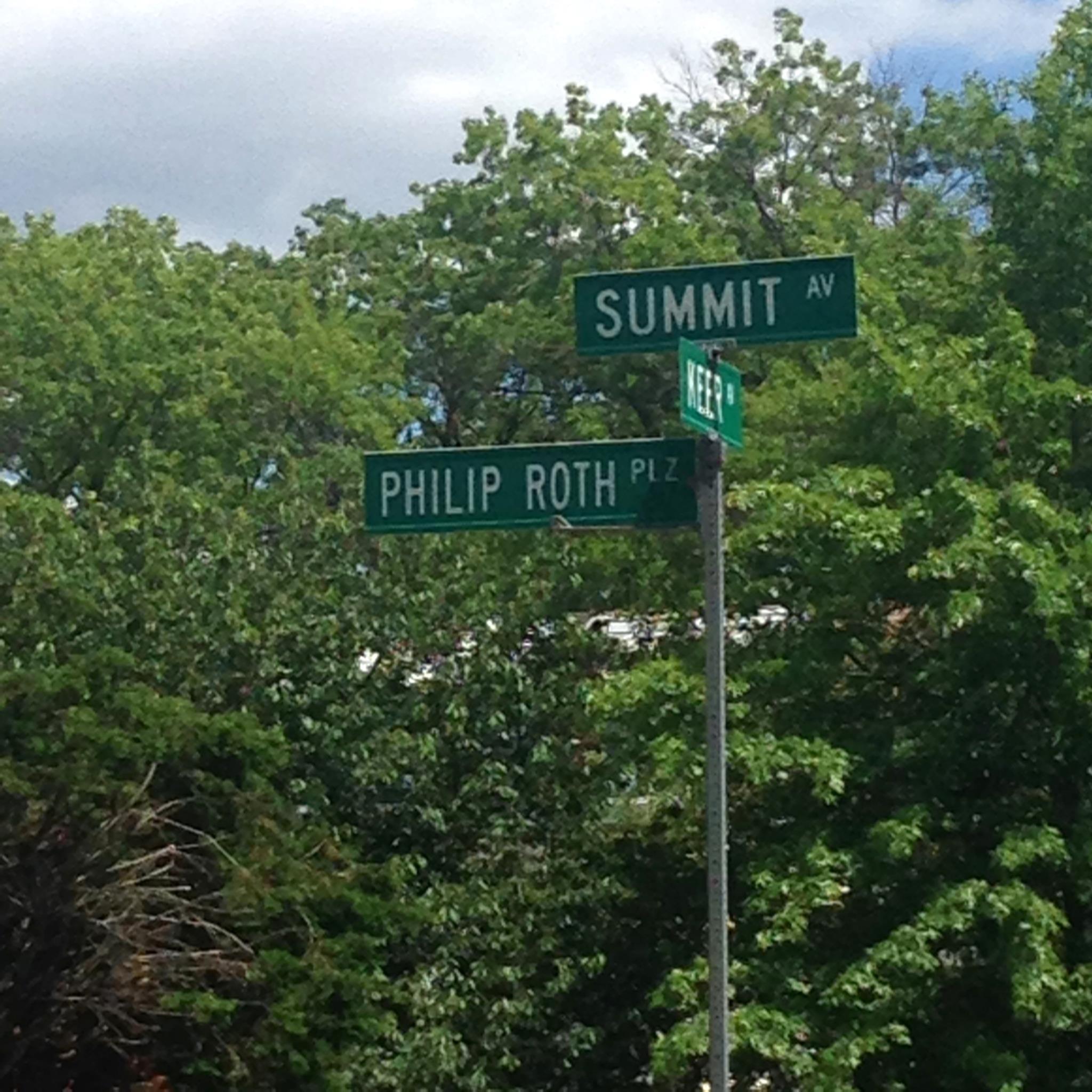 """O escritor Philip Roth """"ganhou"""" placa toponímica muito perto da casa onde nasceu, em 1933"""