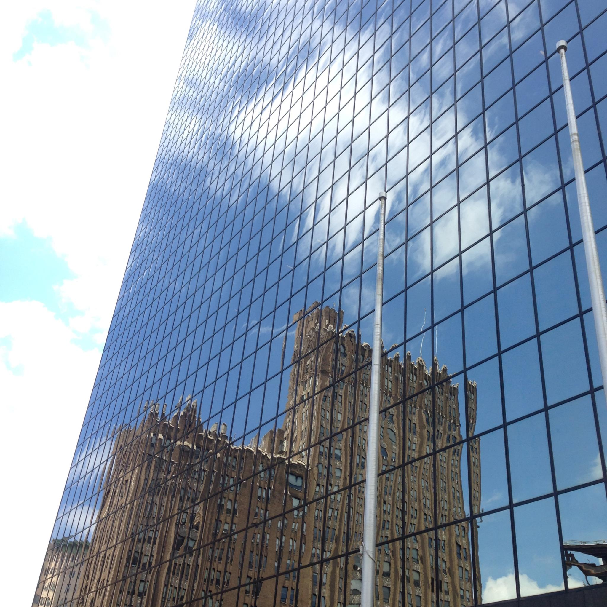 Newark parece querer renascer entre escombros. Há edifícios novos, torres que exibem nomes de seguradoras, bancos, multinacionais
