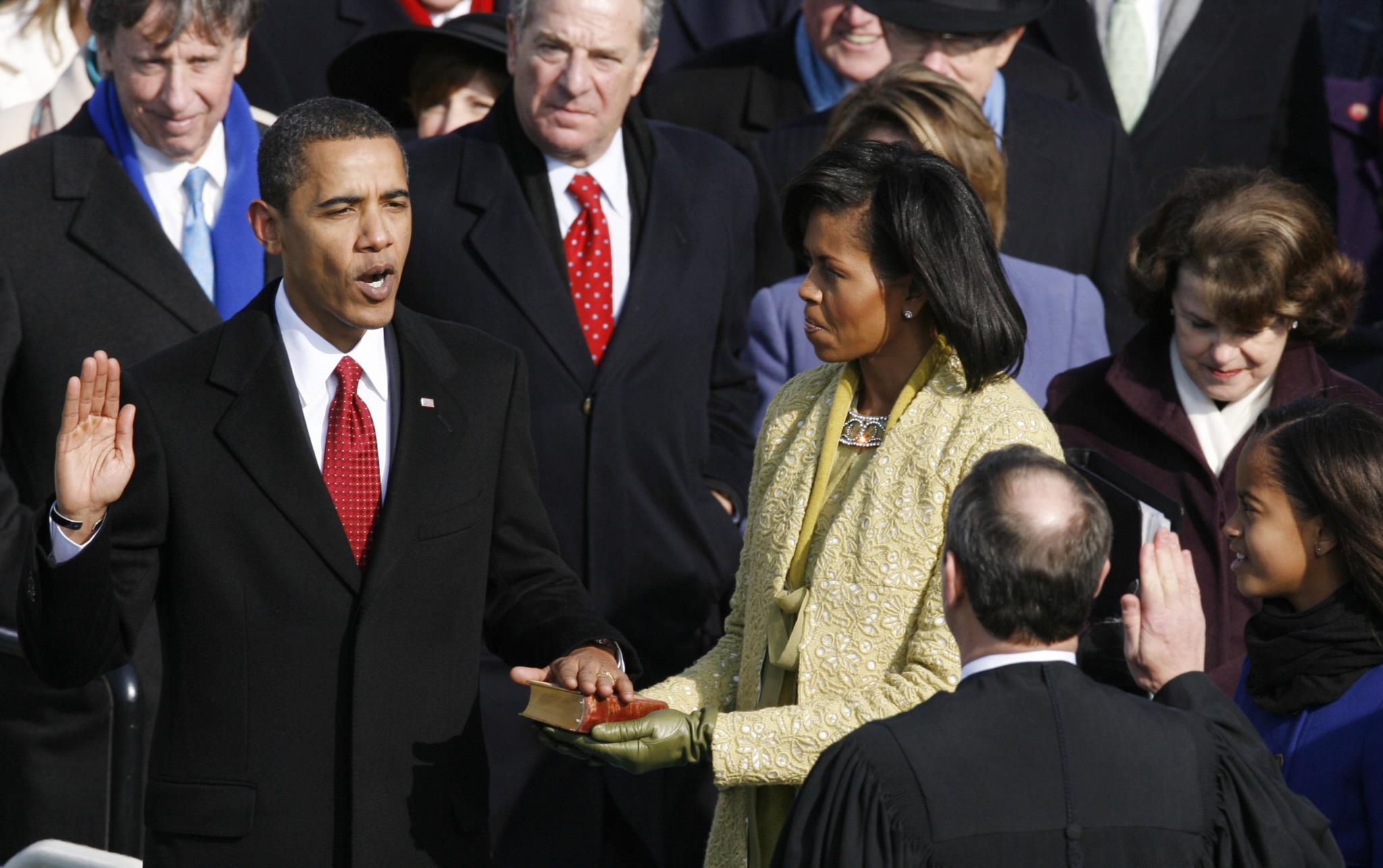 Com a mão sobre a mesma bíblia usada por Abraham Lincoln na tomada de posse, em 1861, Barack Obama tornou-se o 44.º Presidente dos EUA a 20 de Janeiro de 2009