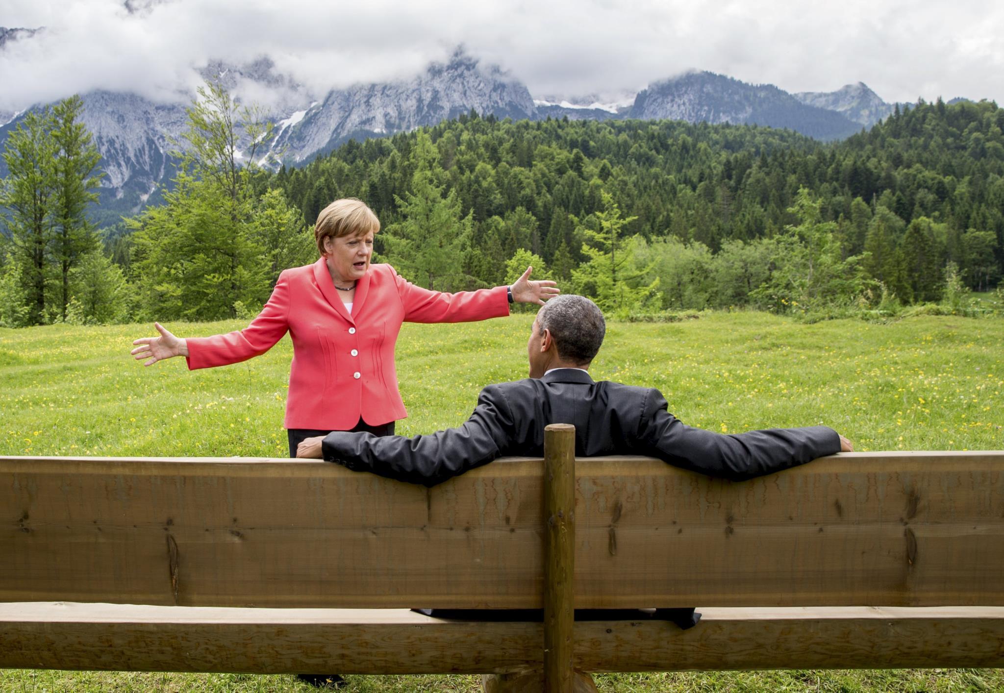 A chanceler alemã Angela Merkel conversa com Barack Obama nos jardins do castelo de Elmau, Alemanha, depois de uma sessão da cimeira do G7