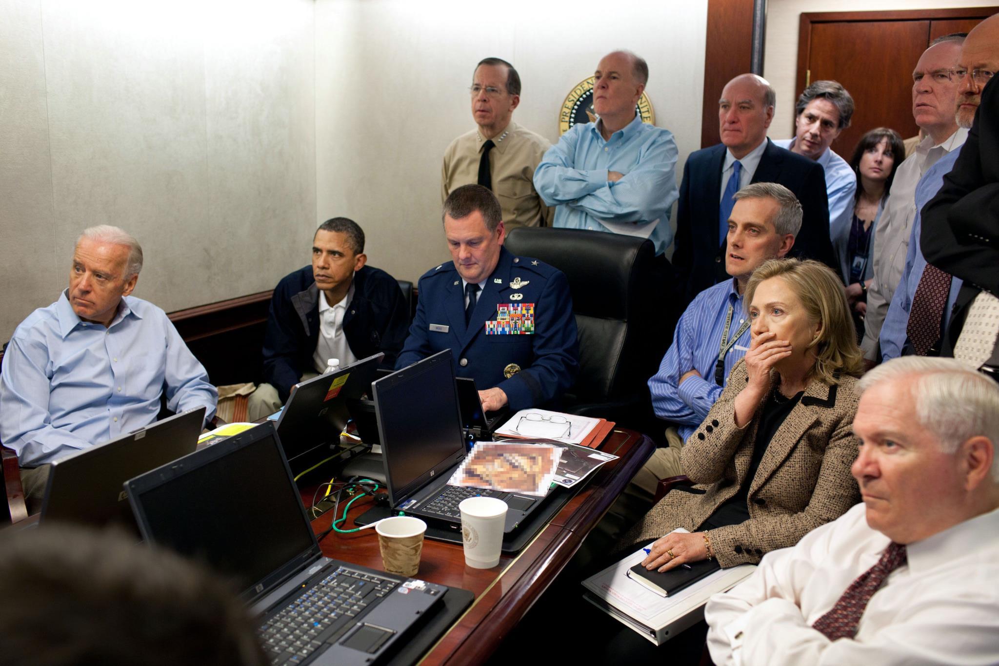 Em Maio de 2011, a Casa Branca disponibilizou fotografias que mostram o presidente Obama e os seus principais conselheiros a acompanhar a operação que matou Osama bin Laden