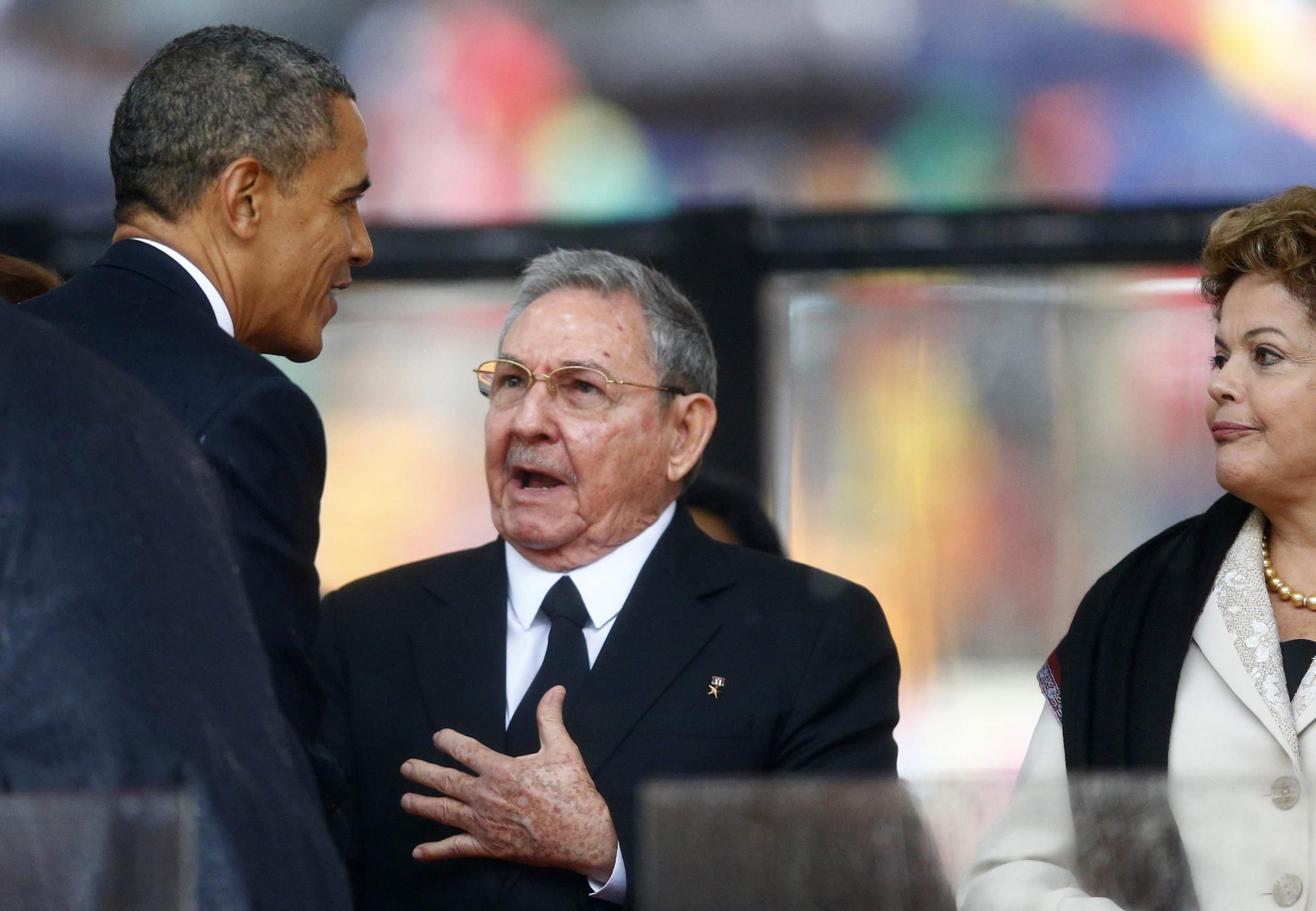 A imagem que revelou os ventos de mudança nas relações EUA-Cuba: Barack Obama apertou a mão do chefe de Estado cubano Raúl Castro durante a cerimónia em honra de Nelson Mandela, em Joanesburgo, 2013