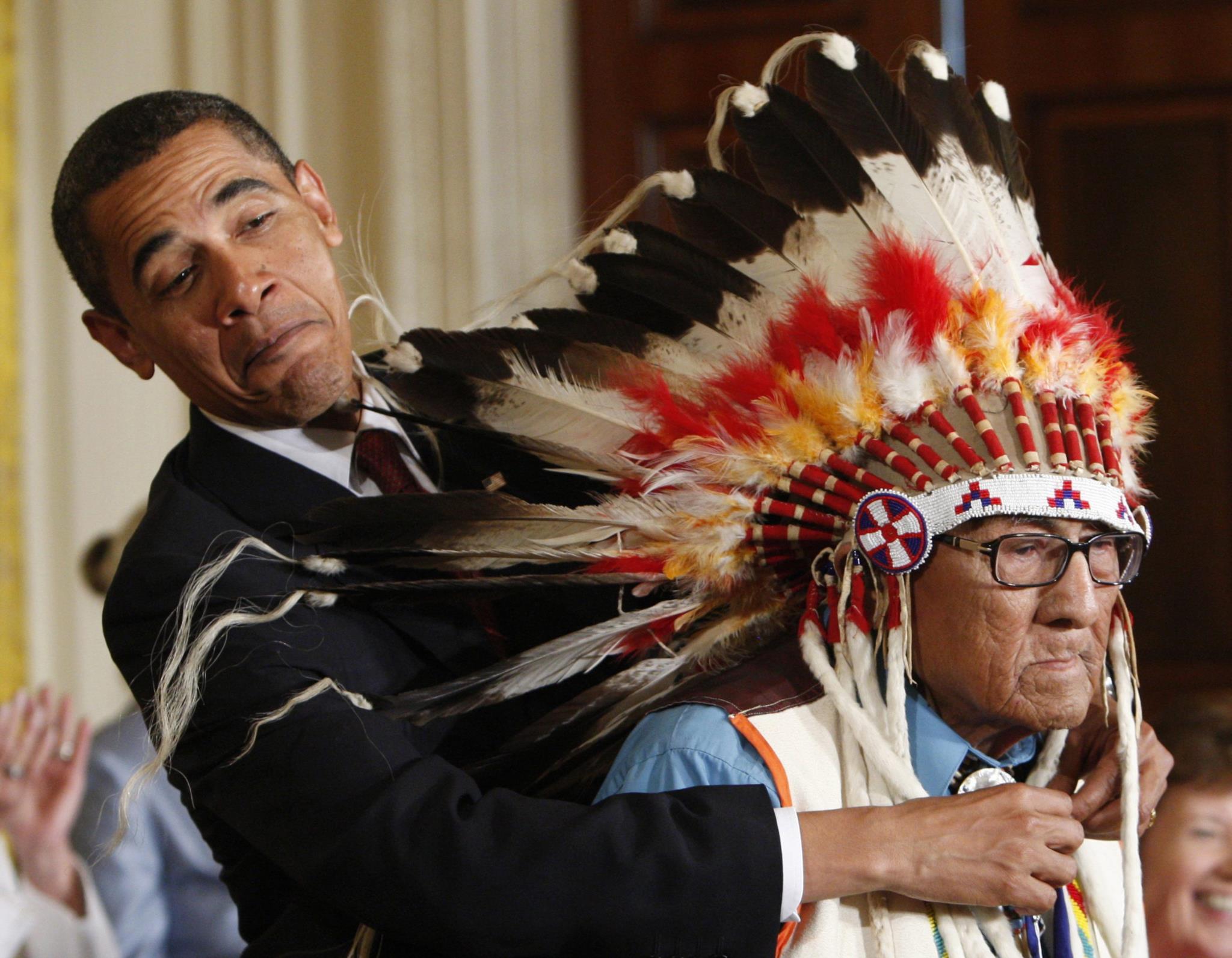 Um momento descontraído na altura em que Obama entrega a Medalha da Liberdade a Joe Medicine Crow, 2009