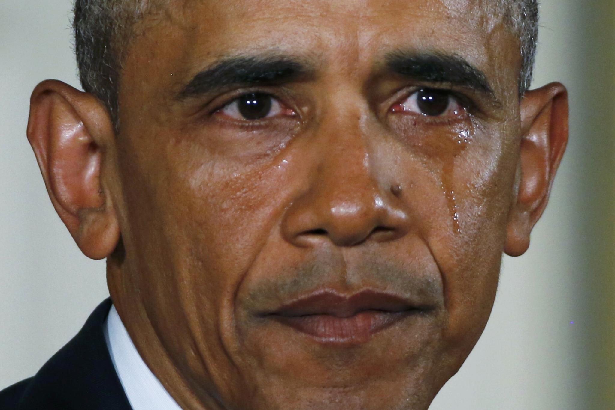"""Em Janeiro de 2016, assumiu, em lágrimas, a responsabilidade pela falha no controlo das armas nos EUA. """"Não temos de aceitar esta carnificina como o preço a pagar pela liberdade"""", sublinhou Obama, numa cerimónia na Casa Branca em que participaram muitos familiares de vítimas de massacres e alguns sobreviventes de tiroteios"""