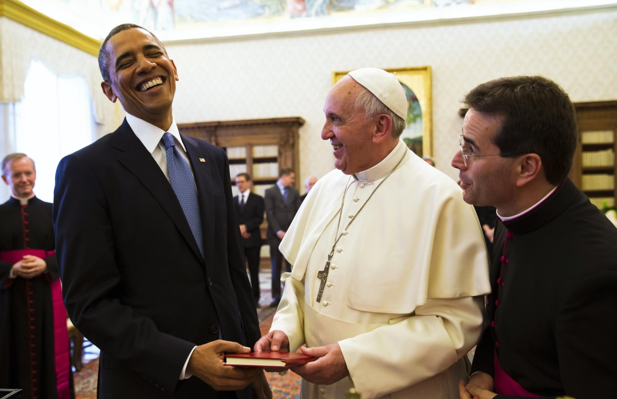 Obama troca presentes com o papa Francisco no Vaticano, 2014