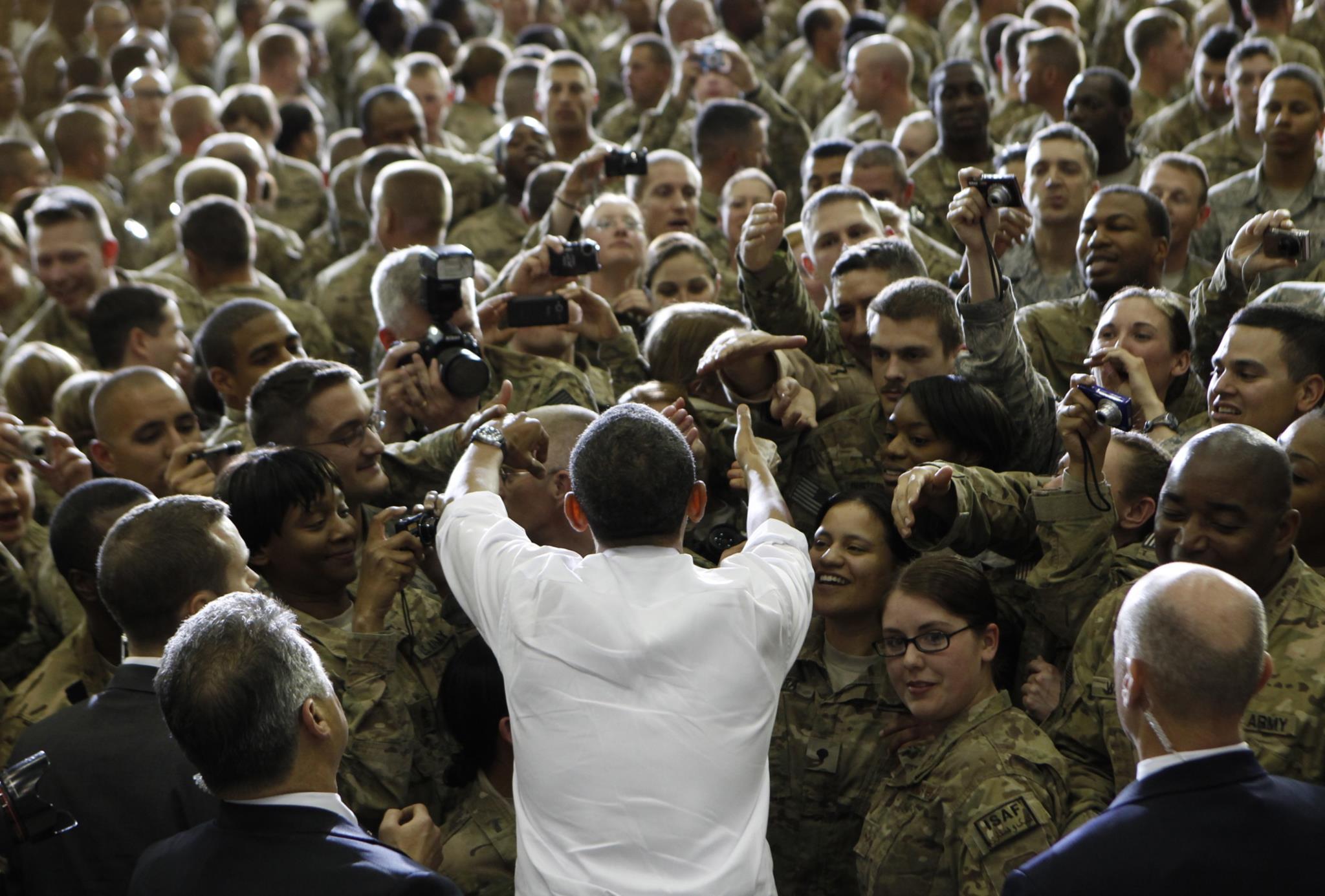 Obama cumprimenta membros da base aérea de Bagram, em Cabul, 2012
