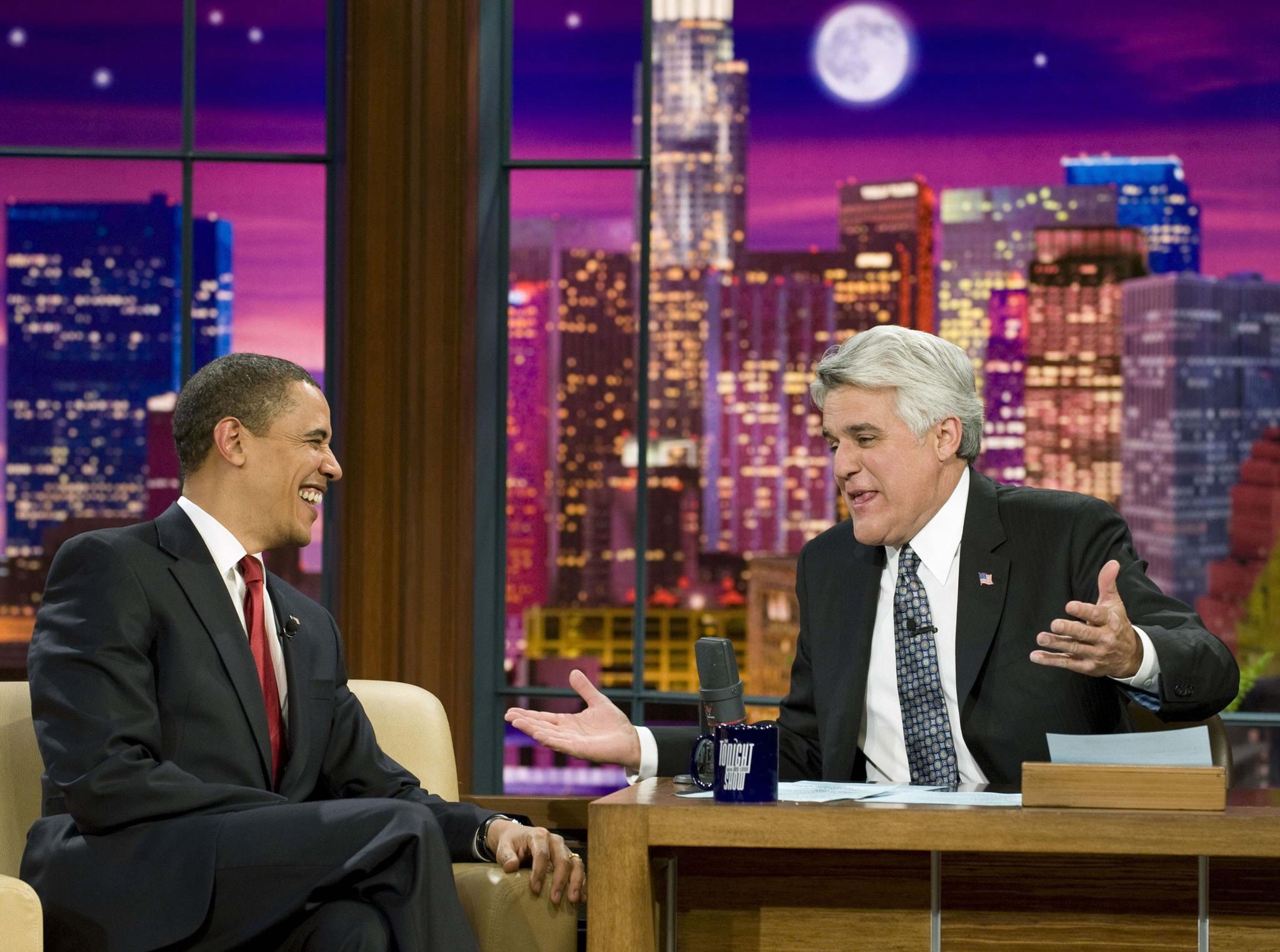 Obama a falar com o comediante Jay Leno no programa televisivo <i>The Tonight Show with Jay Leno</i> (O Programa da Noite com Jay Leno), 2009