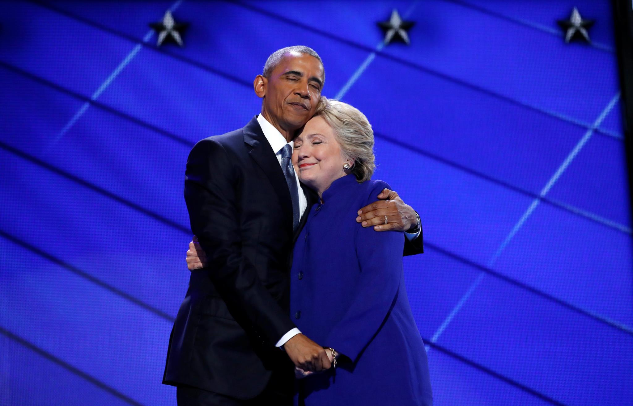 Obama abraça Hillary Clinton, então candidata às presidenciais norte-americanas, após ter terminado o seu discurso, na terceira noite da Convenção Nacional Democrática, 2016